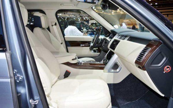 Range-Rover-2018-Facelift-interior-Dubai-Auto-show-2017