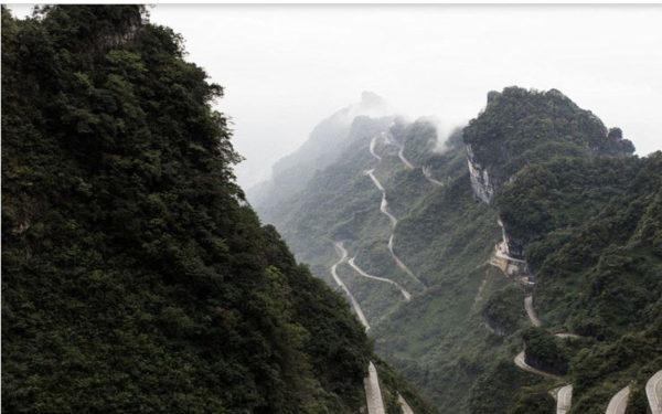 Range-Rover-Sports-climbs-Tianmen-Mountain-Dragon-Road