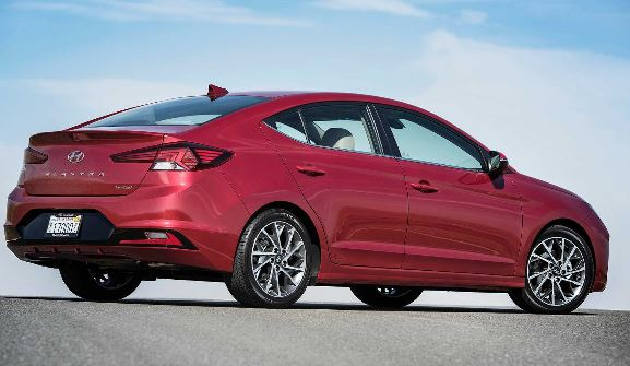 Hyundai Elantra 2019 Side view