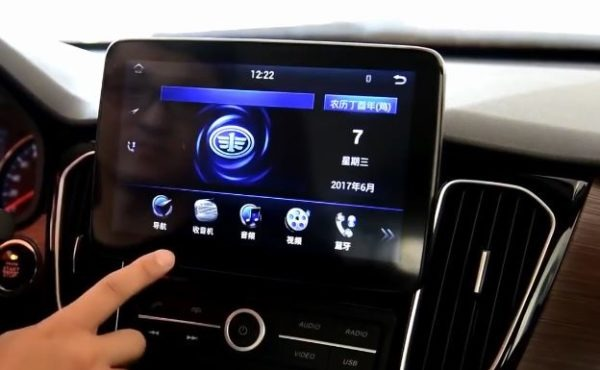 2020 FAW Senya R7 infotainment screen close view
