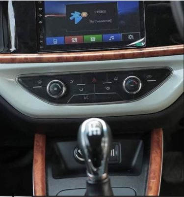 2020 Prince Pearl infotainment screen & transmission view
