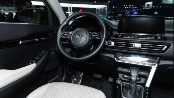2021 KIA Seltos steering wheel & infotainment screen view