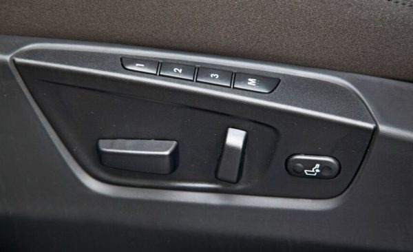 Suzuki Kizashi door controls view