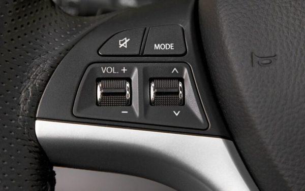 Suzuki Kizashi multi function steering controls view