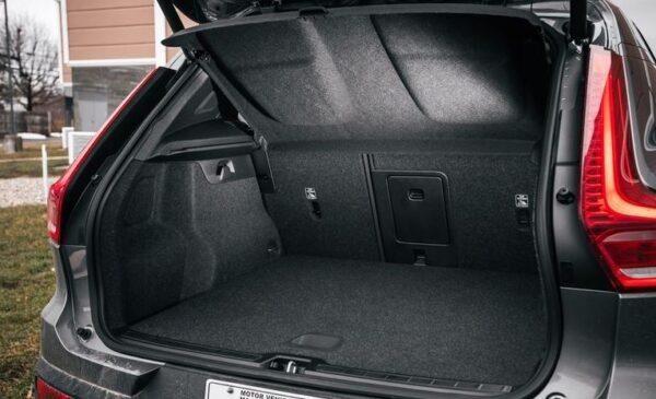 2020 Volvo XC40 luggage area view